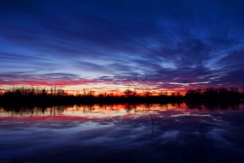 Zonsondergang in de recente herfst stock afbeelding