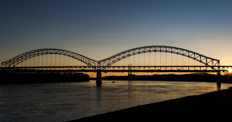 Zonsondergang in de Rivier van Sherman Minton Bridge - van Ohio, Louisville, Kentucky & Nieuw Albany, Indiana stock afbeeldingen