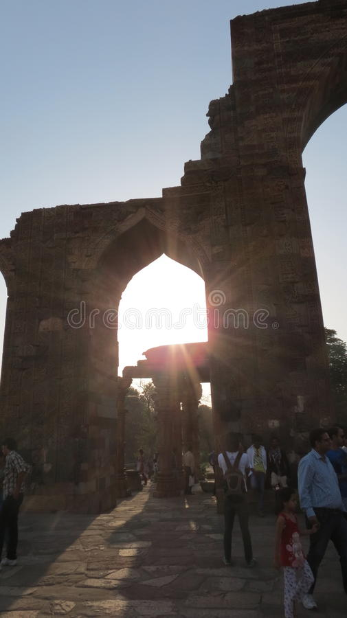 Zonsondergang in de ruïnes bij minar qutub stock foto