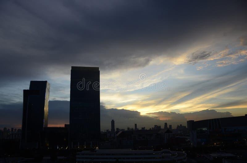 Zonsondergang in de stad stock afbeelding