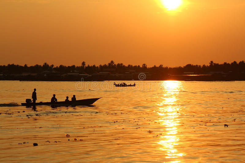 Zonsondergang in de visserij van dorp royalty-vrije stock foto's