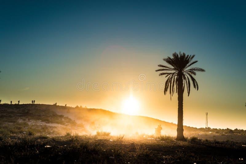 Zonsondergang in de woestijn in Tunesië stock afbeeldingen