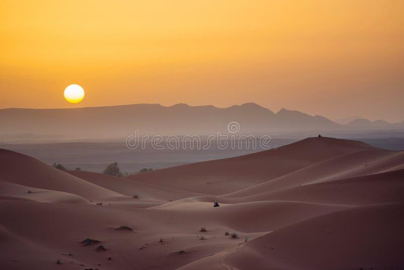 Zonsondergang in de Woestijn van de Sahara stock fotografie
