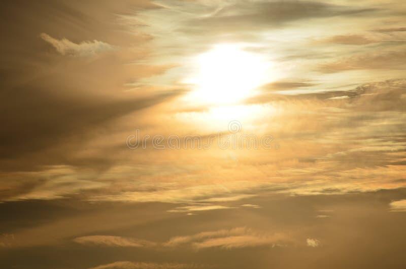 Zonsondergang in de wolken royalty-vrije stock fotografie