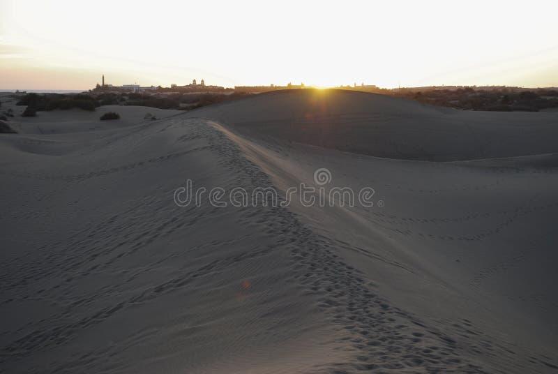 Zonsondergang in de zandduinen van de Maspalomas-Woestijn, Gran Canaria, Spanje royalty-vrije stock afbeelding