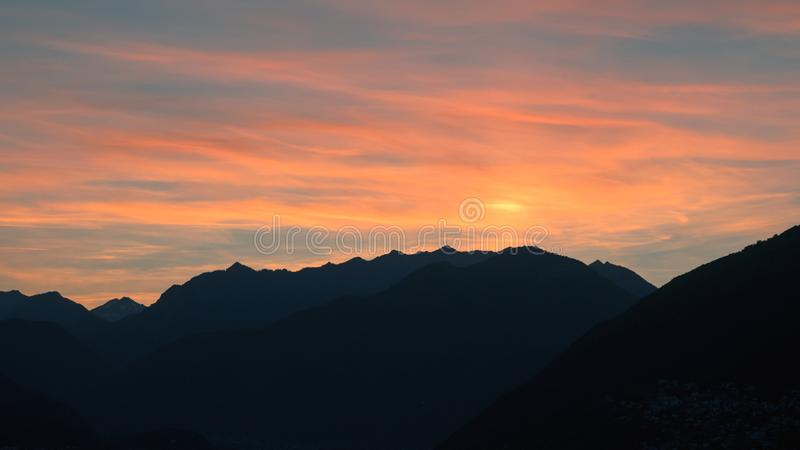 Zonsondergang in de Zwitserse Alpen stock fotografie