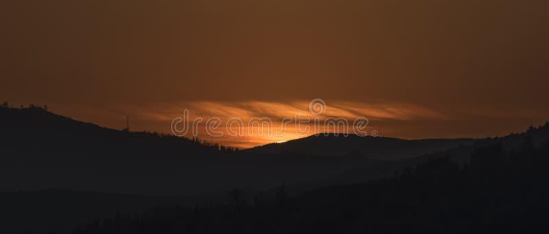 Zonsondergang dichtbij het dorp van Vysny Medzev stock foto's