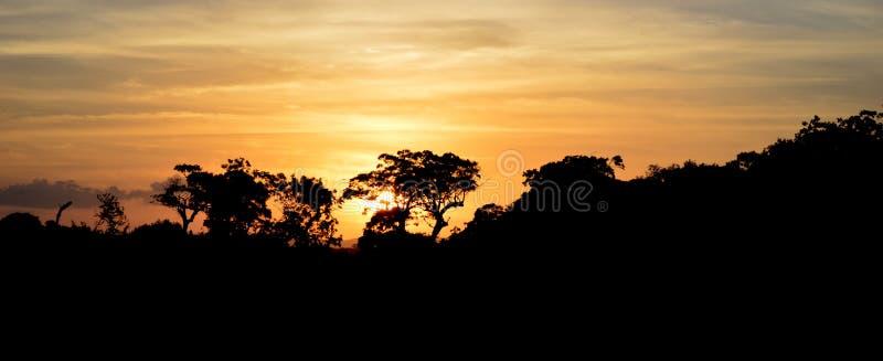 Zonsondergang dichtbij Medirigiriya Vatadageya royalty-vrije stock foto's