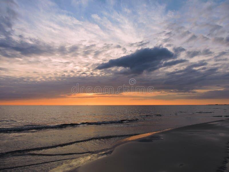 Zonsondergang dichtbij Oostzee, Litouwen royalty-vrije stock foto