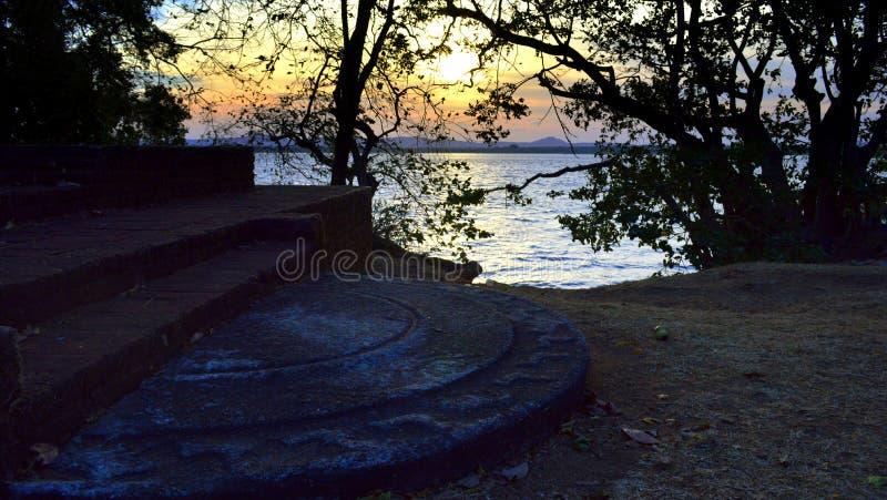 Zonsondergang dichtbij oude tank van Polonnaruwa, Sri Lanka stock fotografie