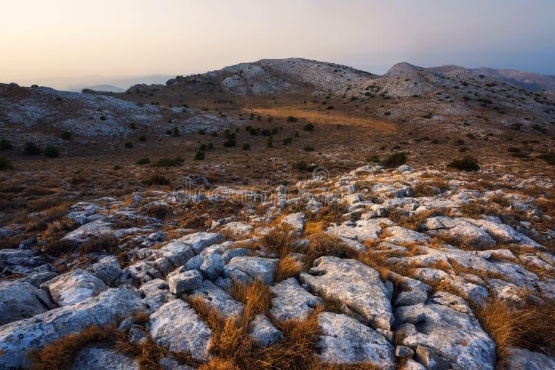 Zonsondergang die de witte rotsen in Monte Albo Sardinia Italy raken stock afbeeldingen