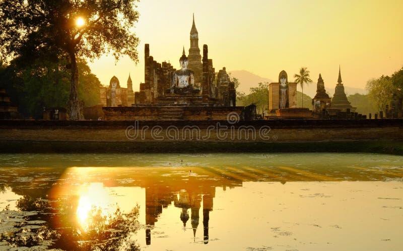Zonsondergang die het standbeeld van Boedha van Wat Mahathat in Ayutthaya, Thailand verlichten royalty-vrije stock foto