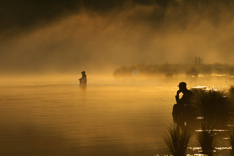 Zonsondergang die in mist vist royalty-vrije stock fotografie