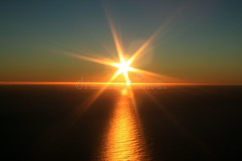 Zonsondergang die oceaan overziet stock foto's