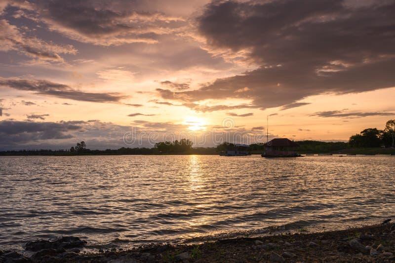Zonsondergang die op Huai Mai Teng-reservoir met gegolfte golf glanzen stock foto's