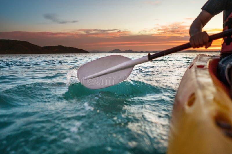 Zonsondergang die op zee kayaking royalty-vrije stock foto's