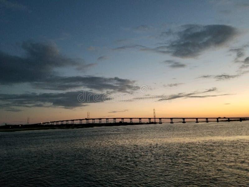 Zonsondergang door brug stock afbeeldingen