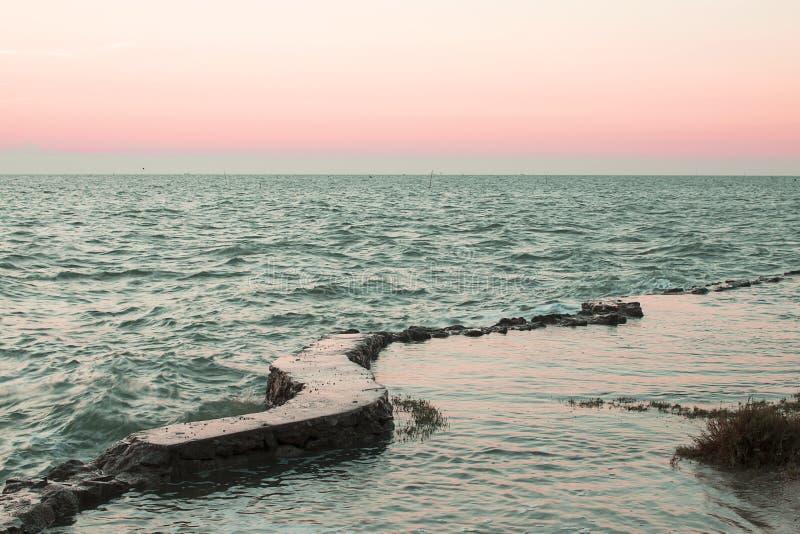 Zonsondergang door de oceaan stock afbeeldingen