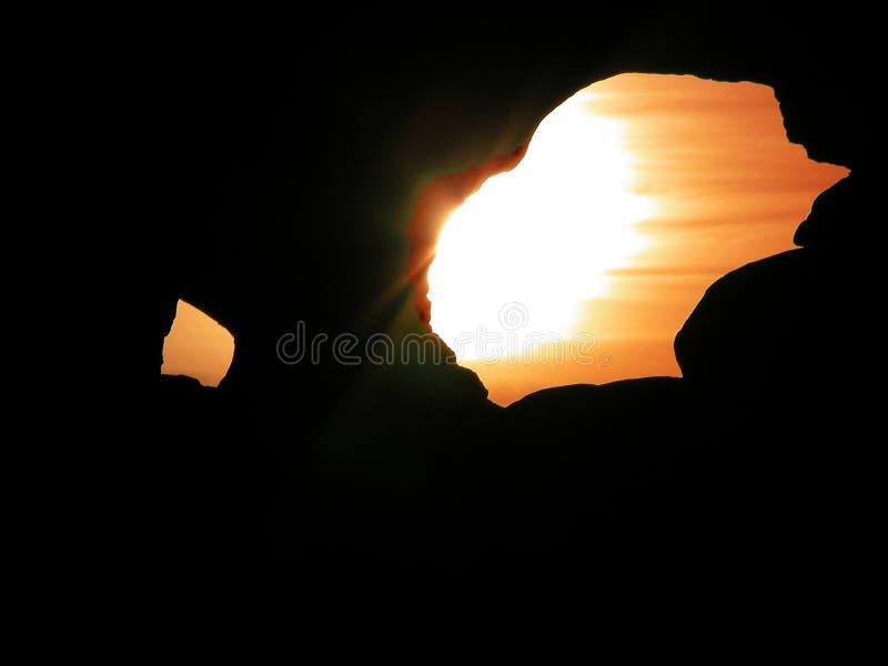 Zonsondergang door een gat royalty-vrije stock foto's