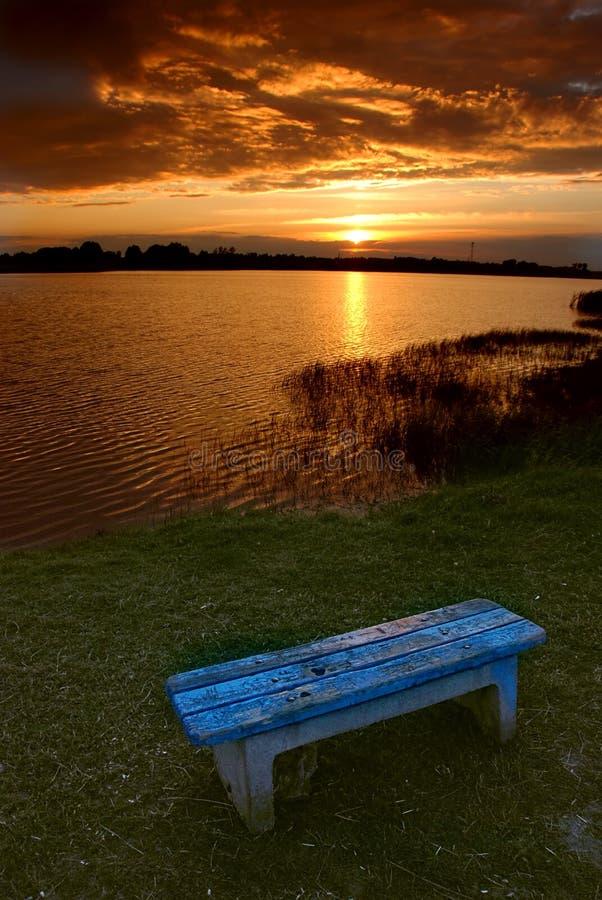 Zonsondergang door het meer royalty-vrije stock afbeeldingen