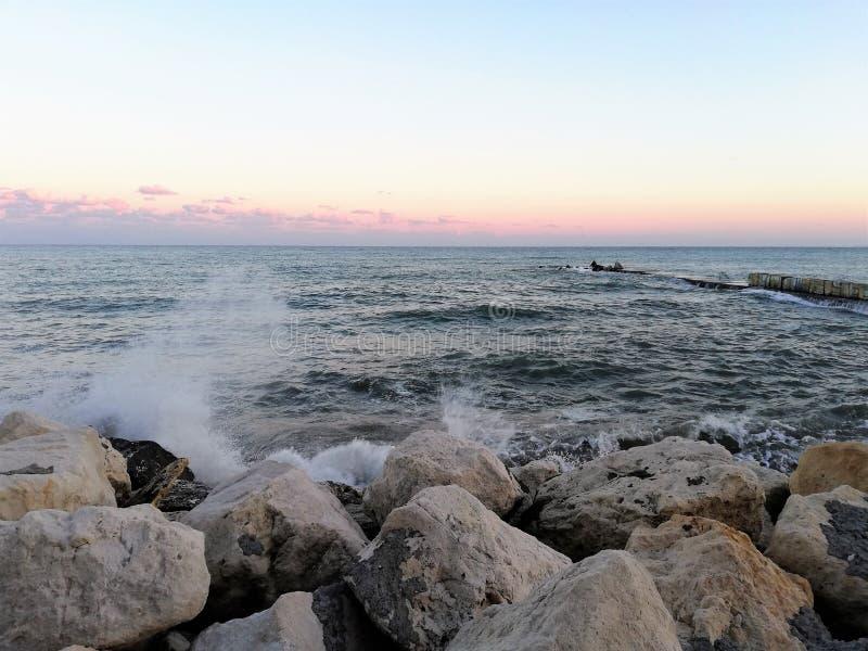 Zonsondergang door het overzees/de golven/Balchik royalty-vrije stock foto