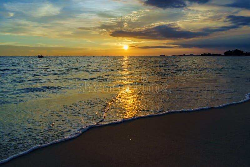 Zonsondergang door het strand stock afbeeldingen