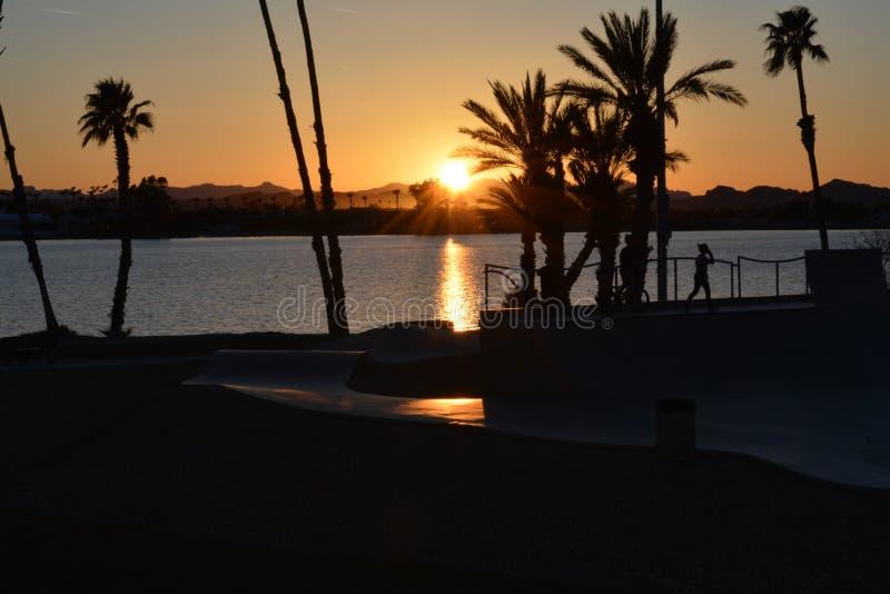 Zonsondergang door het vleetpark buiten de Stad van Meerhavasu, AZ stock foto