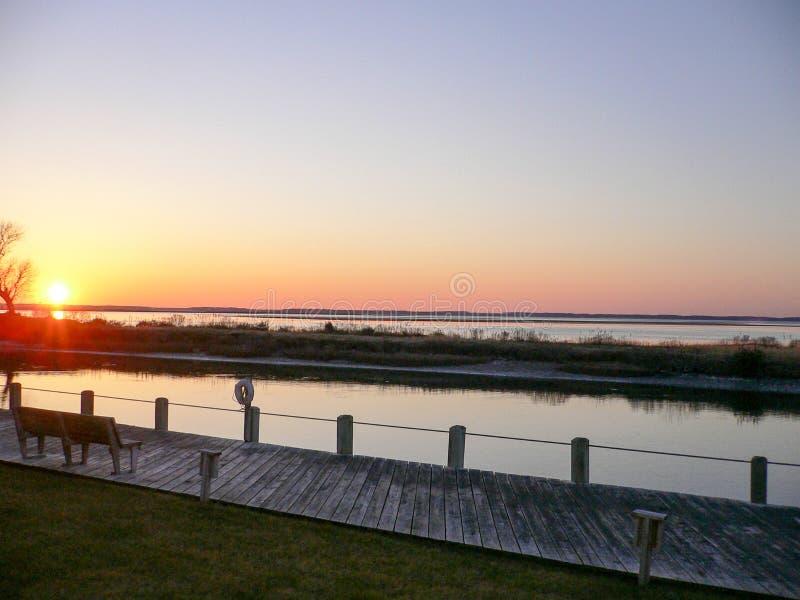 Zonsondergang door het water royalty-vrije stock fotografie