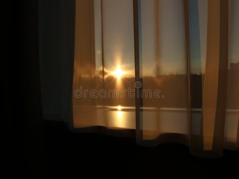 Zonsondergang door Venstergordijnen stock afbeeldingen