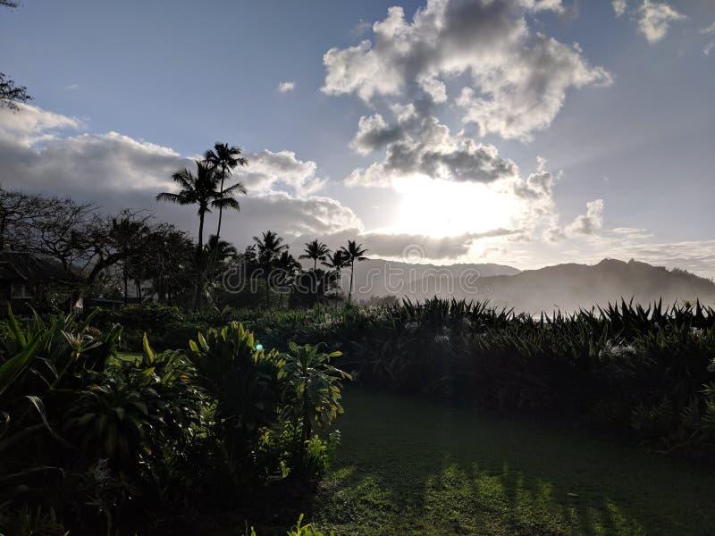 Zonsondergang door wolken over Hanalei-baai stock afbeeldingen