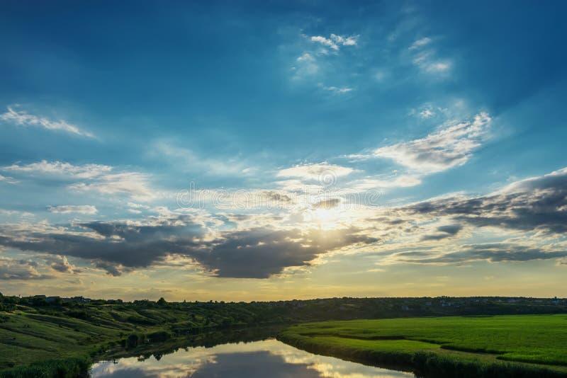 Zonsondergang in dramatische wolken over rivier royalty-vrije stock fotografie