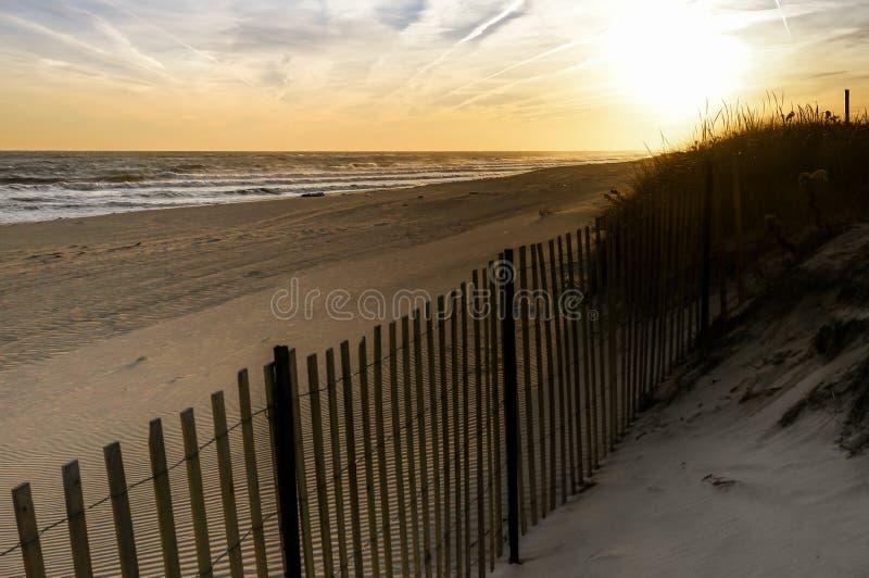 Zonsondergang in een November-dag, bij Hamptons-Strand New York stock afbeelding
