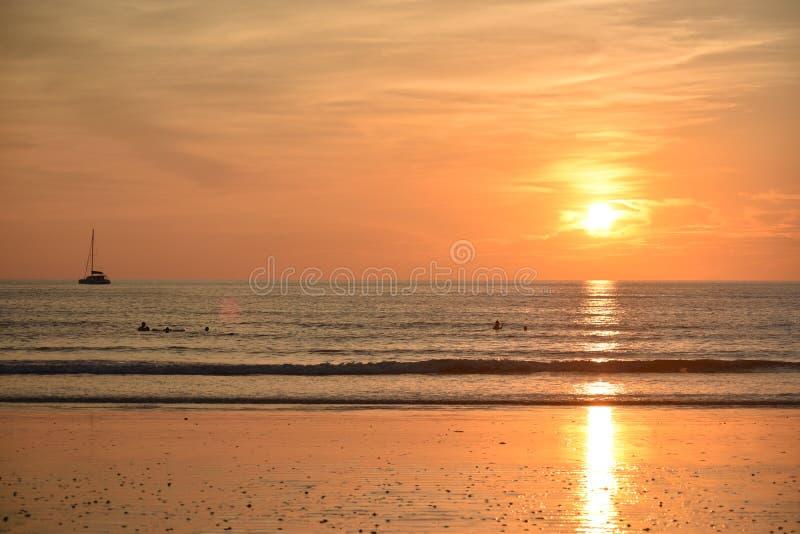 Zonsondergang in een Thais strand stock foto