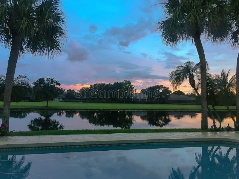 zonsondergang in een tropische achtertuin royalty-vrije stock foto