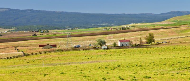 Zonsondergang in een vallei en een landbouwbedrijf. stock afbeeldingen
