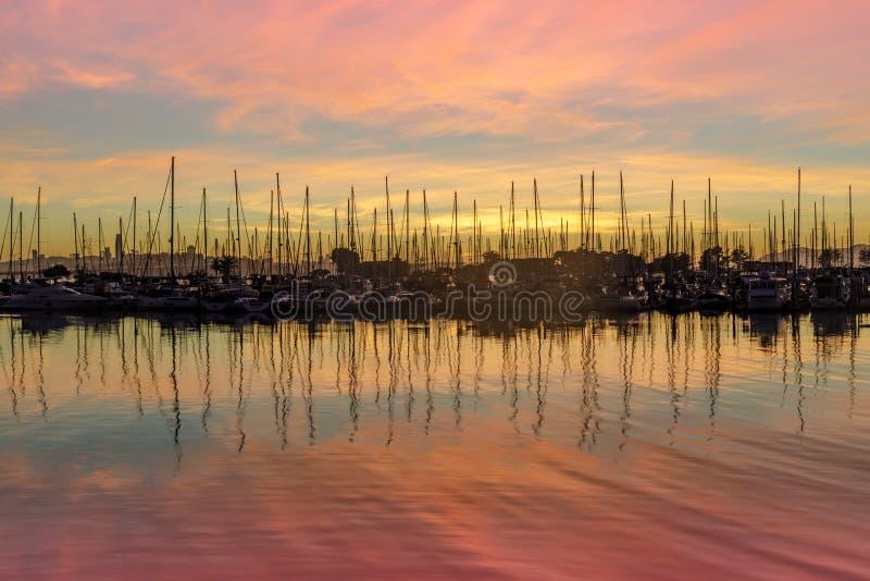 Zonsondergang en Bezinningen over Emeryville-Jachthaven stock afbeeldingen