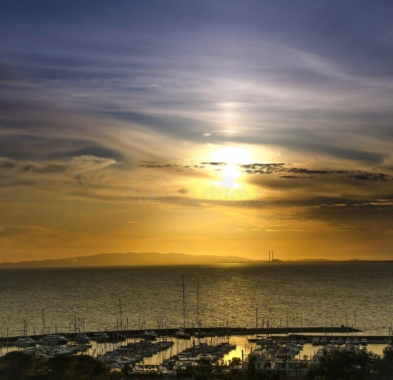 Zonsondergang en boten stock foto