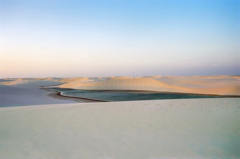 Zonsondergang en de Verlaten Duinen van het Zand stock foto