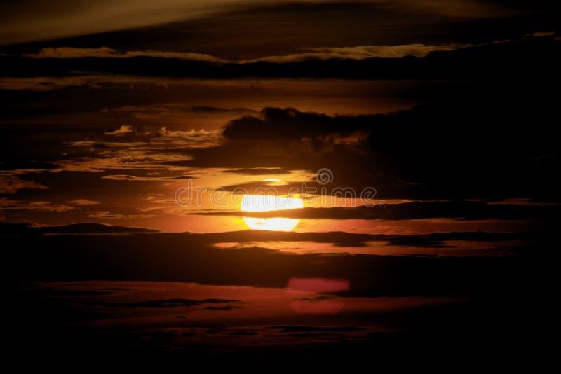 Zonsondergang en duisterniswolkenachtergrond stock foto