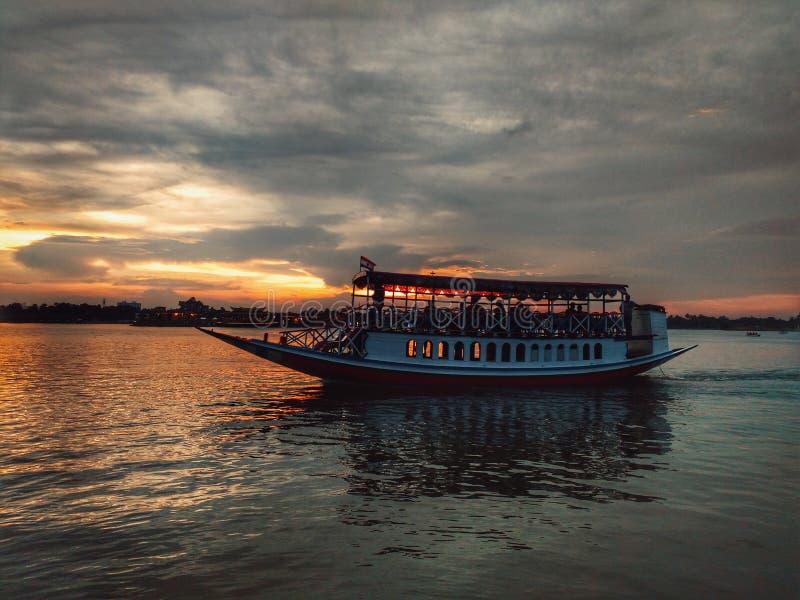 Zonsondergang en een boot royalty-vrije stock fotografie
