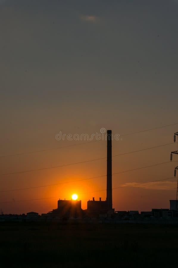 Zonsondergang en elektrische centrale stock foto