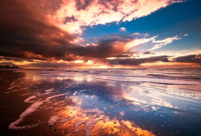 Zonsondergang en golven royalty-vrije stock foto