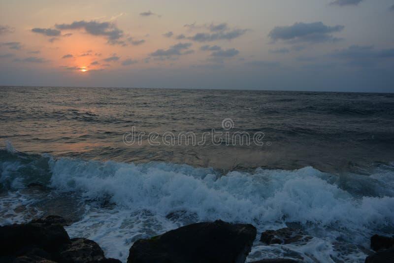 Zonsondergang en Golven bij Rode Overzees Jeddah stock foto's