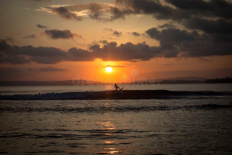 Zonsondergang en het surfen stock fotografie