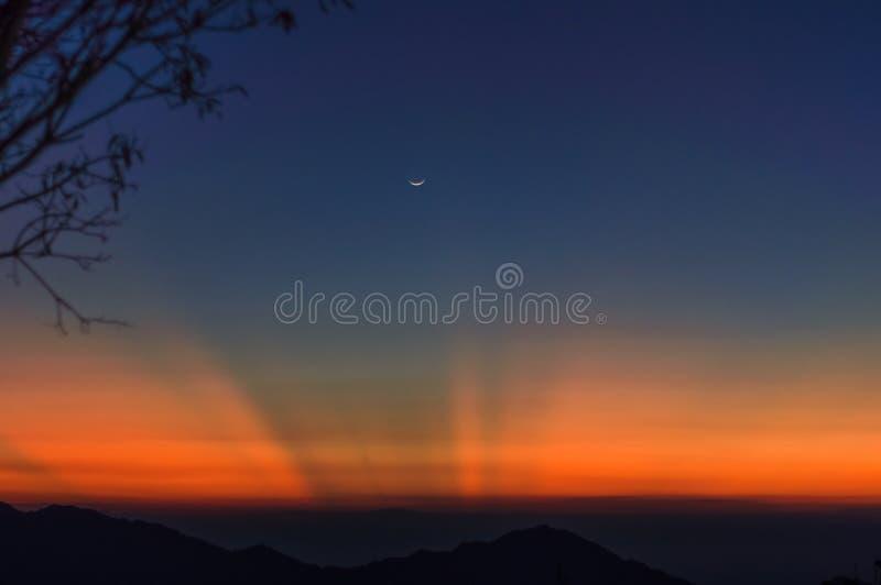 Zonsondergang en het toenemen maan over mounatins door minca in Colombia royalty-vrije stock foto