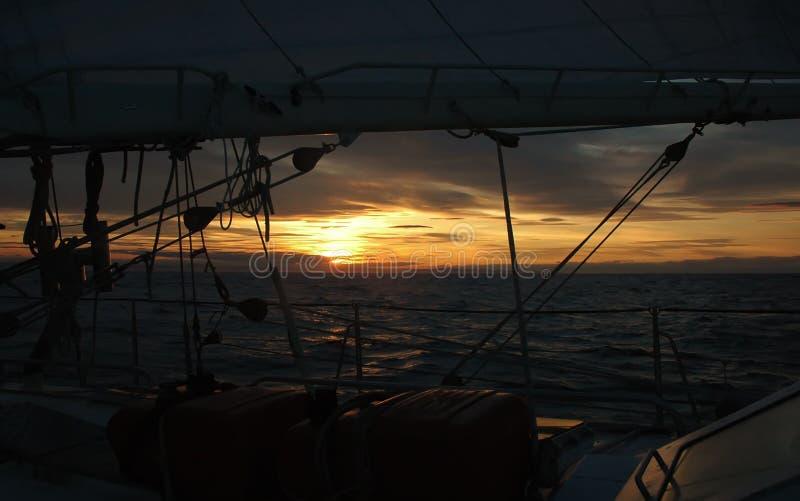 Zonsondergang en het varen stock foto