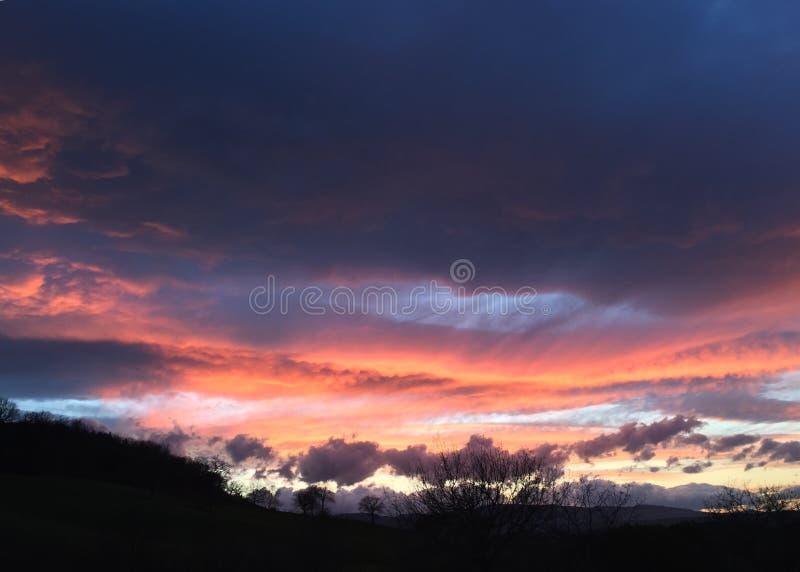 Zonsondergang en kleurrijke hemel royalty-vrije stock afbeeldingen
