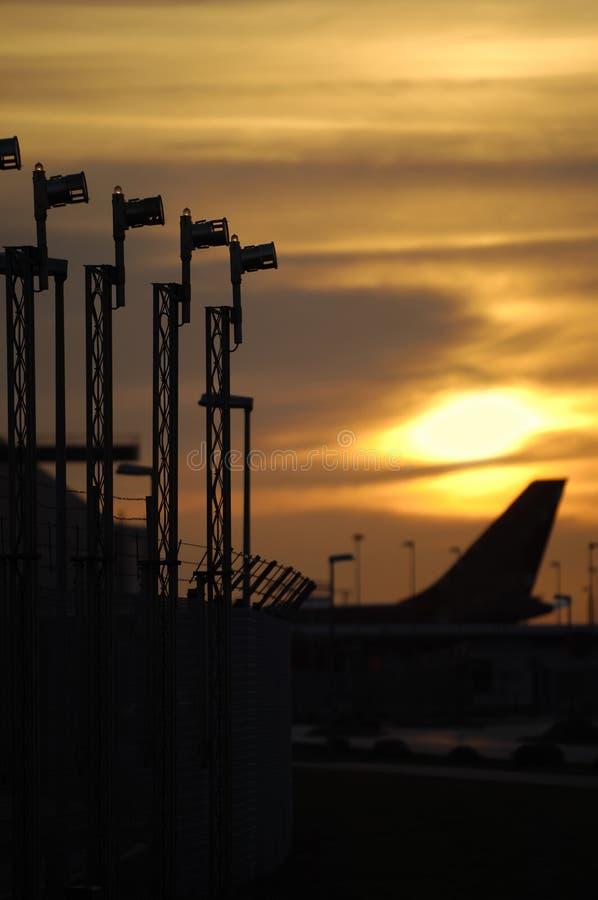 Zonsondergang en luchthaven stock foto's