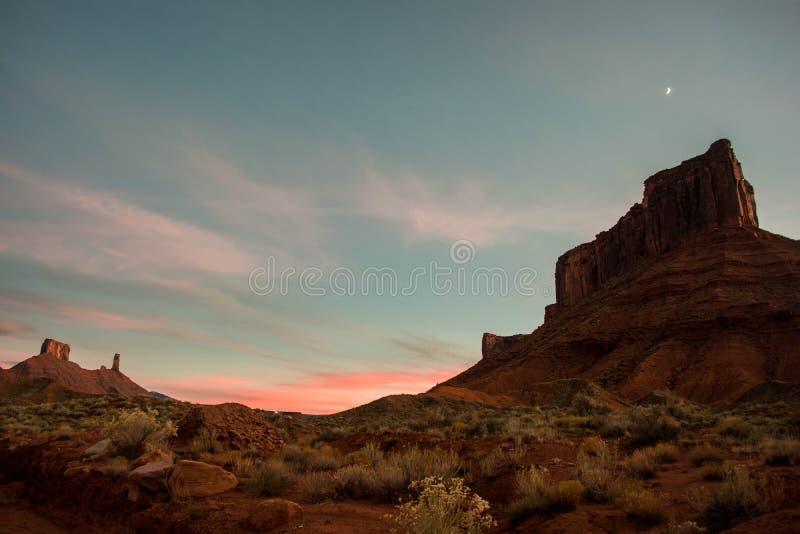 Zonsondergang en maan over Kathedraalrots, Moab UT stock fotografie