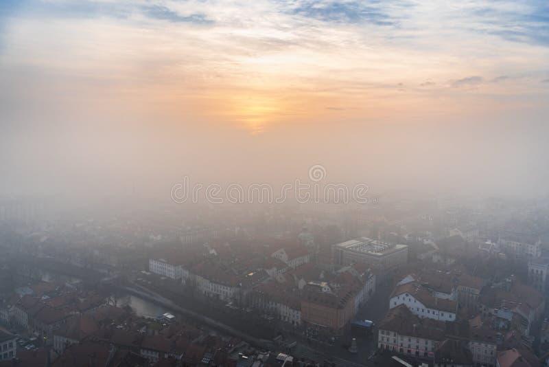 Zonsondergang en mist in Ljubljana royalty-vrije stock foto's